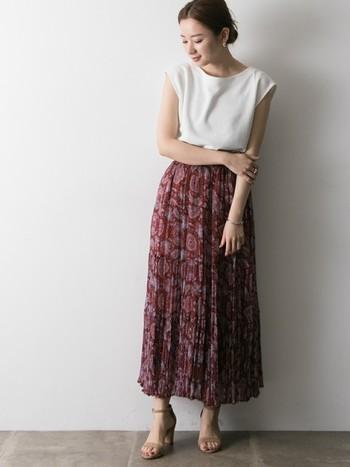深みのあるレッドカラ―のペイズリー柄スカートは、さりげなくエスニック感を取り入れたい大人の着こなしにぴったりなアイテムです。白のノースリーブトップスと合わせて、柄と無地のメリハリ感を楽しむスタイリングに。