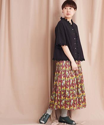 ブラウンやイエローがデザインされたロングスカートも、エスニックな雰囲気を感じさせるカラーリングですよね。カラーが多いのでトップスには黒のブラウスを合わせ、派手過ぎないコーデに仕上げています。