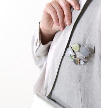 ジャケットの胸ポケットに、さりげなくブローチをプラス。きちんと感の強いジャケットに遊び心をプラスし、普段使いしやすいアイテムにカジュアルダウンしてくれます。ジャケットの襟に付けるのもアリですね。