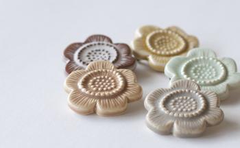 陶器で作られたお花の形のブローチは、ナチュラルでキュートな印象のアイテム。お花のブローチはガーリーになり過ぎるからと敬遠している方でも、陶器で作られたこちらのブローチなら大人っぽい雰囲気で活用できます。