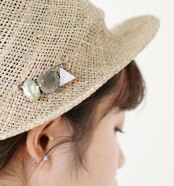 ハットなどの夏帽子とブローチの相性は抜群です。ストロー素材のベレー帽やボーラ―ハットなどにつけても◎ さりげなくトレンド感をアップさせてくれます。