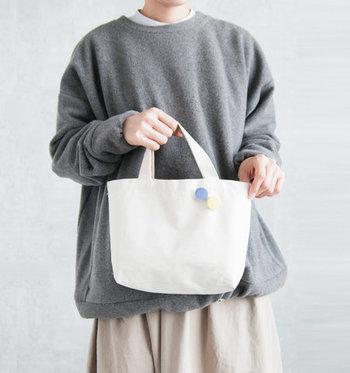 シンプルなバッグにブローチを付けるのも、良いアクセントになるのでおすすめの方法です。キャンバストートなどは便利で扱いやすいですが、シンプル過ぎて物足りないと感じる人はぜひブローチをプラスしてみてください。