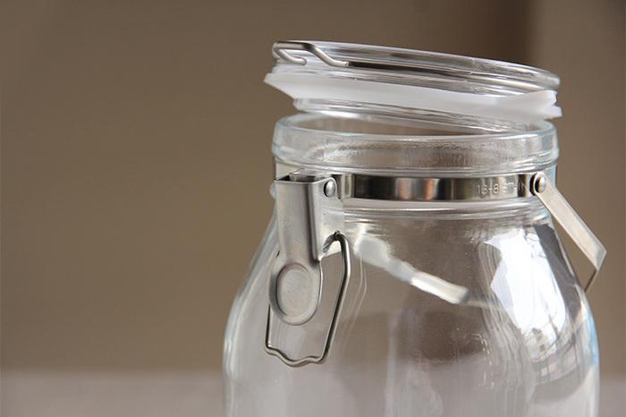 """梅を長期間保存する場合に、特に心配なのが、雑菌やカビの繁殖。手をかけてせっかく作った梅酒や梅シロップを、良い状態を保ちながら保存するためには、「梅づくり」の前に、保存容器をしっかりと消毒することが大切です。 そういう点を考えると、やっぱり保存容器には""""ガラス瓶""""を選ぶことをおすすめします。""""ガラス瓶""""は、熱湯消毒やアルコール消毒しやすく、扱いやすいということで、多くの人が使っているアイテムです。 また、""""ガラス瓶""""は遮熱性が高く、発酵しにくいので、失敗が少ないのも嬉しいポイントです!"""