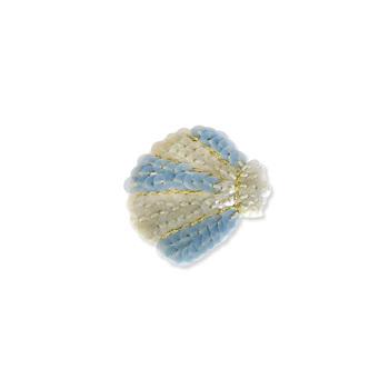 貝の形をモチーフにした、スパンコール使いのブローチ。黄色と青の色合いが季節感たっぷりで、付けるだけで夏気分がグッと上がりそうなアイテムです。小ぶりなサイズ感もキュート。