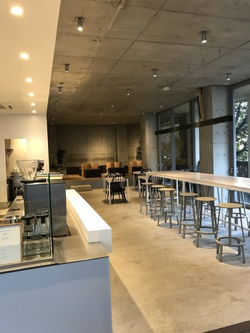 coolな店内。 余談ですが、同店の創業者フリーマン氏が強い影響を受けた大坊珈琲店(2013年に閉店)はここから数10秒の場所にありました。