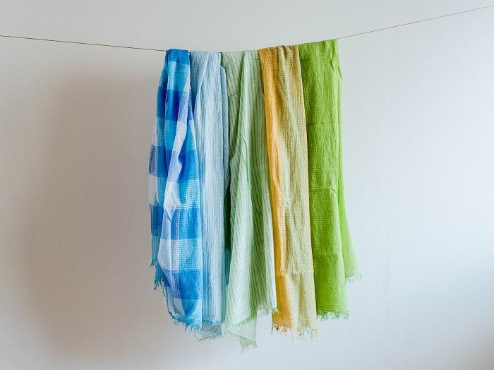 カディというインドの手紡ぎ手織りの生地のストール。光を放っているようにも見える鮮やかな色合いに目が奪われます