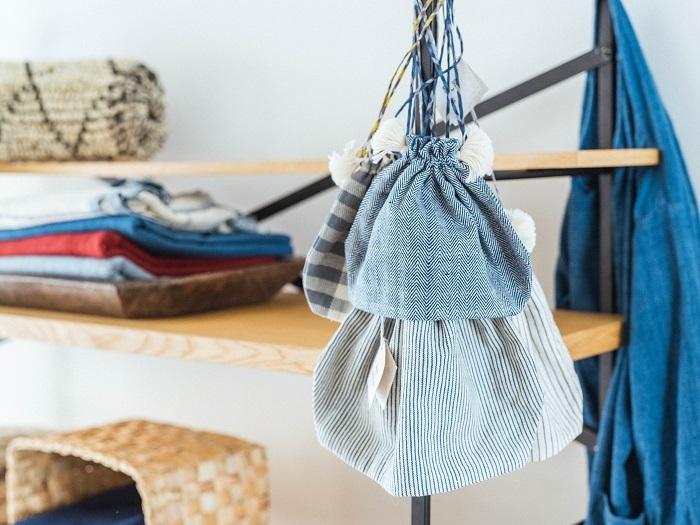 カディの巾着袋。表地にオーガニックカディ、裏地に薄手のカディを使用するなど、パーツのデザインや役割によって素材を変えています
