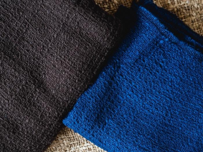 奄美大島の工房で染められたガラ紡のストール。鮮やかな琉球藍のブルー、雄大さを感じる泥染めのブラウンが美しい
