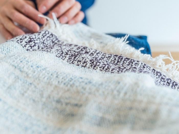 初めて手織りした「ガラ紡」のストール。平織りとワッフル状に織られた様子は、やわらかさが目から伝わってきます。齋藤さんにとって思い出深いアイテム