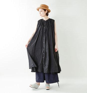 ノースリーブのシャツワンピースに、ネイビーのワイドパンツを合わせたスタイリング。ゆったりシルエットのアイテム同士ですが、ワンピースがノースリーブな分華奢見せが可能です。ブラック×ネイビーのダークトーンを合わせているのも、大人度がアップするポイント。
