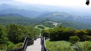 レストハウスから標高1,582メートルの小丸山展望台までには、1,445段の階段があります。まっすぐ上った先にあるのはこの絶景。中腹あたりからは傾斜がきつくなりますが、整備されているので歩きやすいですよ。