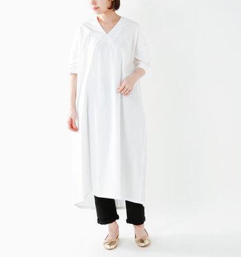 ゆったりとしたシルエットで着られる白のロングワンピースには、黒のパンツを合わせたモノトーンコーデに。ゆったりワンピースは気太りの原因になりやすいので、鎖骨や手首・足首はしっかり見せるのがポイントです。