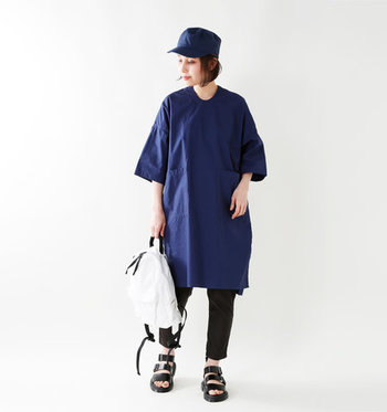 すとんと落ちたシルエットが特徴的な、ネイビーのシャツワンピースは、黒のスキニーパンツと合わせて。白のリュックや黒のサンダル、ワンピースと同じカラーのキャップでカジュアルに。ビッグTシャツを着るように、とことんメンズライクに着こなすのもおすすめです。