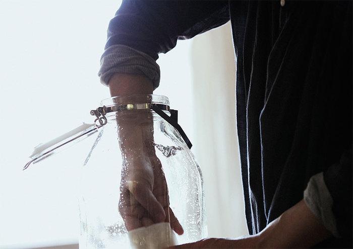 「梅しごと」には、保存瓶の消毒はマスト。消毒の方法には「煮沸消毒」と「アルコール消毒」の2種類があります。保存容器が入る大きさの鍋が無い場合や、より手軽にできるのは「アルコール消毒」です。度数が35度以上のお酒をキッチンペーパーに浸し、保存瓶の内側を隅々まで丁寧に拭く方法です。次に、「煮沸消毒」ですが、沸騰した熱湯の中に保存容器をいきなり入れるのは、ガラスが割れてしまう危険があるので避けましょう!保存容器が丸ごと入るサイズの鍋に水を張り、水の状態で保存容器を火にかけ沸騰 させます。沸騰したまま15分程度過熱し、鍋から出して乾燥させればOK。 漬け込んでいる過程で、殺菌が入らないよう、必ず、消毒は行いましょう!