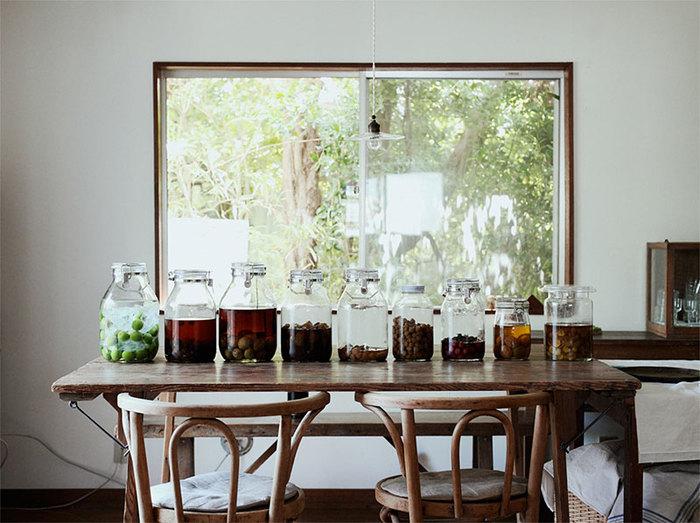 毎年のルーティンにしたくなる「梅しごと」。 瓶を選び消毒し、梅の実ひとつひとつをキレイに仕上げる…少し面倒なようにも思える作業ですが、手をかけて、丁寧に仕込むからこそ、なんだか愛おしく、出来上がりが楽しみに…。梅酒、梅シロップ、梅ジャム、梅干し…たっぷり漬けて、長~く楽しむ。新しい習慣を初めてみませんか!