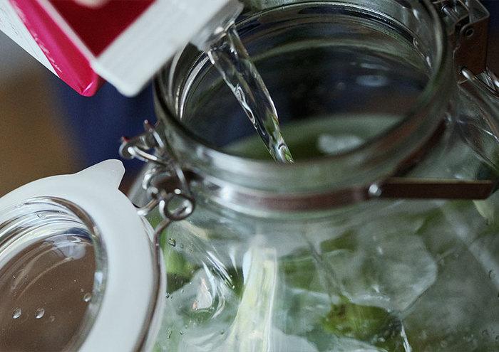"""最後にホワイトリカーを注ぎ入れれば、「梅酒」漬けの作業は完成。  あとは日光の当たらない""""冷暗所""""で保存すれば、3か月程で美味しい「梅酒」を頂くことが出来ます。瓶を開けてみて、アルコール臭がなくなり、まろやかな香りになった時が飲み頃!また、保存期間を伸ばした1年後には、梅酒に深みとコクが加わり、さらに美味しくなるんだそうです。是非、挑戦してみて下さいね!"""