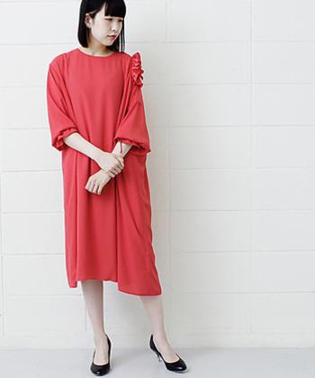 同窓会で設定されるドレスコードの中には、「赤色を取り入れる」や「どこかに黄色を入れる」などの色指定がある場合もあります。当日同級生の盛り上がりに付いていけない事態にならないためにも、ドレスコードを確認し、取り入れることはとても大切ですよ。