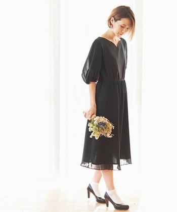 同窓会の招待状には、日時や場所だけでなく、「平服で」や「きちんとしたドレスで」などのドレスコードが設定されていることも。同窓会に参加する際はしっかり招待状の内容を確認するようにしましょう。