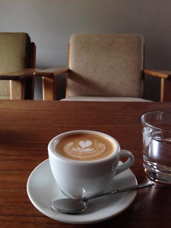 自慢のコーヒーは、豆の個性を引立てる「ニコニコ珈琲」を使い、ネルドリップで淹れています。イタリア製のエスプレッソマシンを使ったカプチーノやラテも好評です。