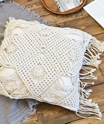 自然な表情を楽しむことが出来るマクラメ編みは可愛いだけでなく、夏らしさを感じさせてくれるアイテムです。ダークブラウンやデニムとの相性がGOOD。
