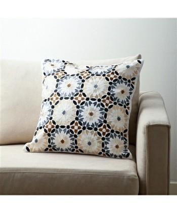 プリントではなく、立体感のある刺繍の花柄が高級感溢れるクッションカバー。繊細な刺繍が、優雅な時間を演出してくれそう!