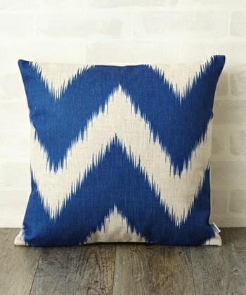 パキッとした青がインパクトを与えるクッションカバー。青色は心を落ち着かせる効果が期待できる色ですので、仕事部屋や寝室に置いても最適です。