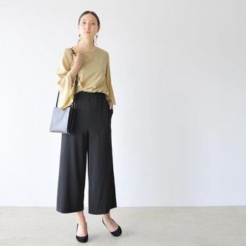 ベージュのブラウスに黒のワイドパンツを合わせた、シンプルなデキる女風のコーディネート。気軽に参加できる母校での同窓会なら、これくらいシンプルにキメるのも良いですね。カジュアルな私服で参加する方も少なくないので、キメ過ぎには気を付けましょう。