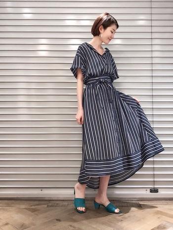 居酒屋などのお店で同窓会がある場合は、ドレスなどのきちんと感の出過ぎるアイテムは不似合い。ウエストにデザインがあるような、オシャレだけどカジュアルなワンピースを選ぶのがおすすめです。