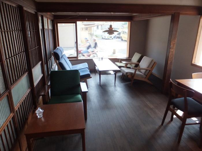 「由緒ある伝統を大切に考えながら、大好きなコーヒーが楽しめる場を提供したい」との思いからカフェを新設。古い建物を生かしつつ、アンティークや北欧の家具が並べられた、洗練された空間のカフェは、「2013年グッドデザイン賞」を受賞しています。
