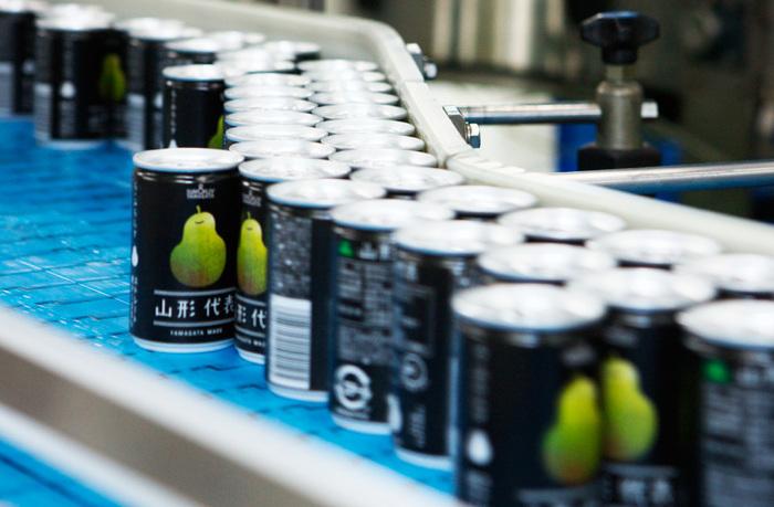 「SUN&LIV」は、山形県の南に位置する南陽市にある飲料製造会社のこと。 山形県を代表するさくらんぼやラ・フランス、りんごをはじめとした山形県産の果物を中心に、国内産のりんごや桃、ぶどうなどの搾汁を行っている会社です。