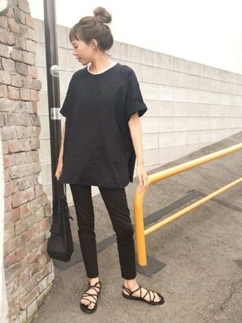 人気ブランド「Teva(テバ)」の細い紐で編んだスポーツサンダルはフェミニンな雰囲気。オーバーサイズのボーイッシュなTシャツスタイルも、足元を華奢に見せることで大人っぽいスタイリングに。