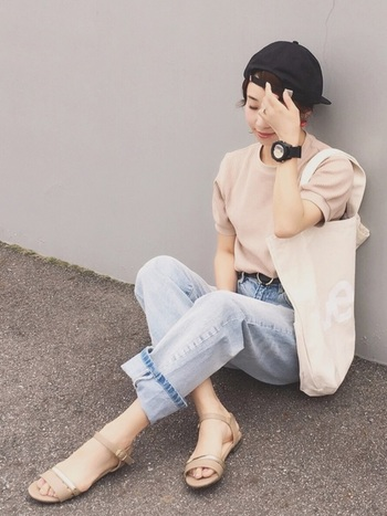 細ストラップのフラットサンダルは、女性らしいイメージ。ライトカラーの淡色デニム×ピンクベージュで、メンズカジュアルなコーデを柔らかい印象に見せています。