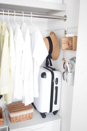 クローゼットの端っこ、よくみてみると突っ張り棒をつけられるスペースはありませんか?そこを活用したのがGeminiさん。洋服をギリギリまでかけずにスーツケースを置くことにより、小物の収納スペースが生まれました。