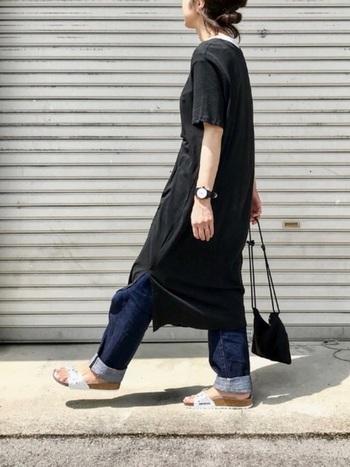 夏の普段着に合わせやすいコンフォートサンダル。黒のマキシワンピース×デニムのダークトーンのカジュアルコーデに、白のコンフォートサンダルで夏らしい爽やかさを加えて。