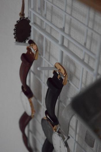 ほとんどの材料は100円で揃えられるものばかり。突っ張り棒とワイヤーネット、フックを組み合わせています。小物に合わせて自分なりに大きさやフックの位置を変えられるのも嬉しいポイント!
