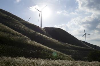 """""""俵山""""に10基ほど並ぶ発電風車は""""阿蘇にしはらウインドファーム""""と呼ばれる風力発電所。"""