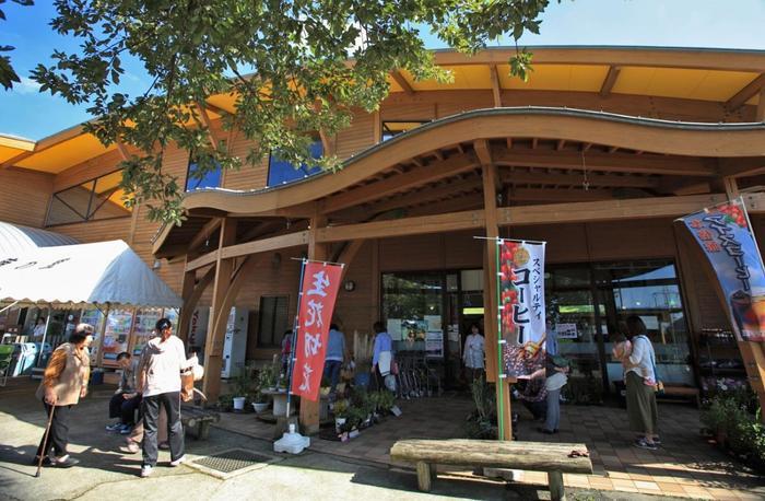 """コスモス園を堪能したあとに訪れたいのが、隣接する""""俵山交流館 萌の里""""。西原村の特産品がずらりと並ぶ物産館です。新鮮な食材を使った美味しいお料理なども楽しめます。"""