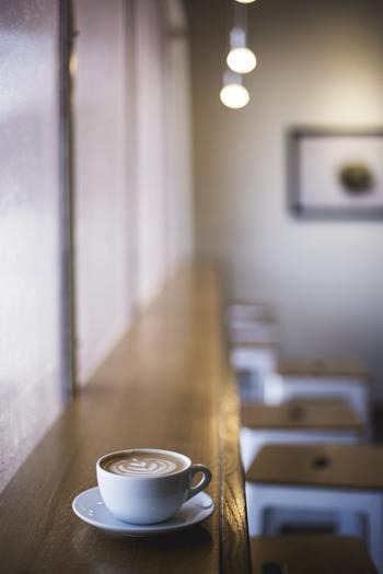 東京から北海道に移住した水縞くん・りえさん夫婦は、月浦の丘の上でパンカフェ「マーニ」をOPENしました。水縞くんがパンを焼き、りえさんが料理とコーヒーを淹れるカフェは近所でも評判に。そんな二人のお店には、春夏秋冬それぞれに様々な事情や悩みを抱えたお客さんがやってきます…。