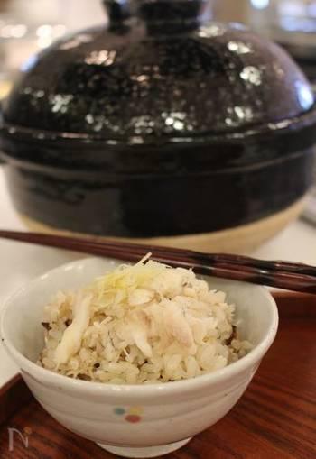 鯛を豪快に使う鯛めしも、あらを使えばぐっとお得で手軽に楽しめます。ブツ切りにしてあるので旨味も出やすいですし、ほぐしやすくて良いこと尽くし!土鍋で炊いて、お祝いのお料理にも♪