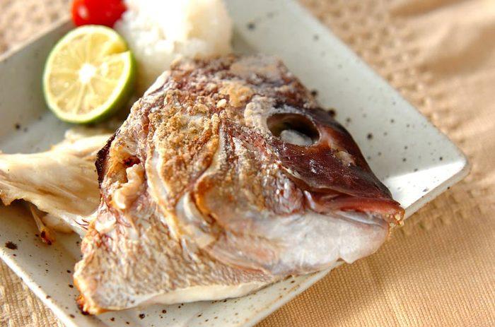 魚料理の大定番、塩焼きをあらで。煮魚に比べて塩をかけてグリルで焼くだけと、手軽なのが魅力です。食べることができる部分が限られるあらですが、身が多いものが手に入ったらぜひ焼き魚も試してみて。