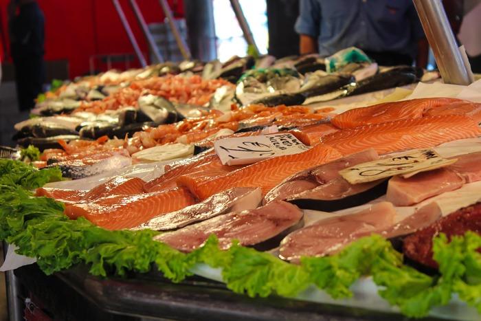 三枚おろしなど、切り身を切り出す時に余る魚の『あら』。どうしても使いにくいイメージが先行してしまいますが、実は旨味が出やすい優秀食材です。定番のぶり大根も、実はあらで作った方がおいしく!今回は、魚のあらを使ったレシピをご紹介していきます!
