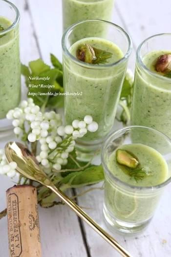 ズッキーニとオクラ、緑の夏野菜を使った冷製スープのレシピ。オクラの粘り気があるので、さっぱりしつつもとろみがあるのが特徴です。味噌が意外な隠し味に。