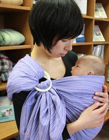 """昔から、日本ではお母さんが赤ちゃんをおんぶしながら家事や作業を行なってきました。赤ちゃんを身にまとう""""Babywearing""""、""""べったり一緒""""が自然な形だったのです。スリングや抱っこ紐によって、その昔ながらの自然な子育てをサポートできるように、北極しろくま堂は考えています。"""