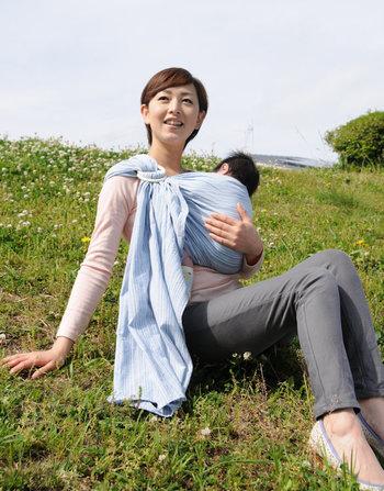 お母さんの体にぴったりとくっつく形になるので、赤ちゃんは安心して落ち着くことができます。赤ちゃんが泣いてぐずることが少なくなると、お母さんも嬉しいですよね。
