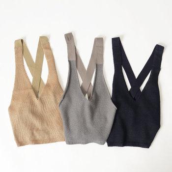 オールシーズン使えるニットビスチェもベスト同様、Tシャツやシャツにレイヤードすることでコーデの幅を広げてくれます。身体にフィットするニット素材は大人っぽくて素敵!