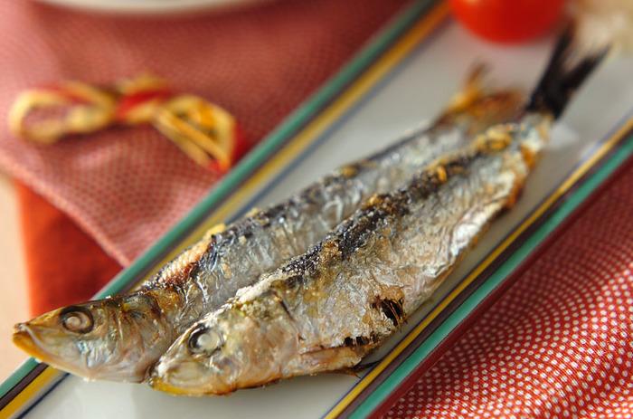 DHA(ドコサヘキサエン酸)やEPA(エイコサンペンタエン酸)を多く含む青魚は、角膜や視神経に栄養を届けるといわれ、視力の回復や老眼防止に期待されています。 シンプルなイワシの塩焼きなら、家でも気軽においしく食べられます。