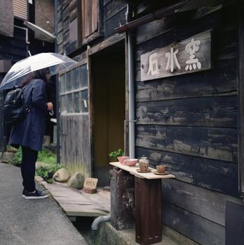 【石水窯】は、「薪窯」を使い、自然が創り出す味わい深い器を焼いています。手に馴染む温かな風合いに触れてみて下さい。