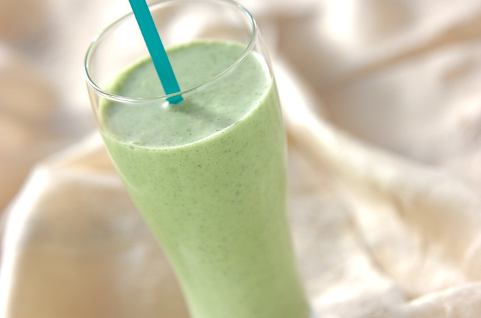 抗酸化パワーの高い大葉と、鉄分豊富で女性にうれしいほうれん草をミックスしたグリーンドリンクは、ヨーグルトなどで飲みやすくしています。ほうれん草は、サラダほうれん草を使うと、そのまま使えて便利ですね。