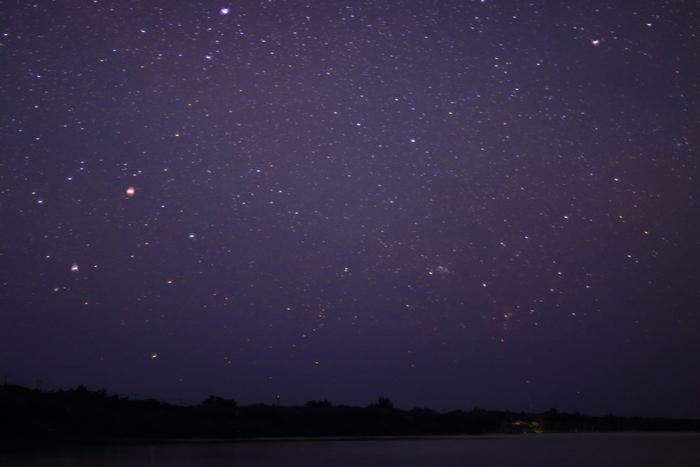 竹富島では夜になると星々が空で輝きます。藍色のベルベットに宝石を散りばめたかのような夜空は、まるで天然のプラネタリウムのようです。