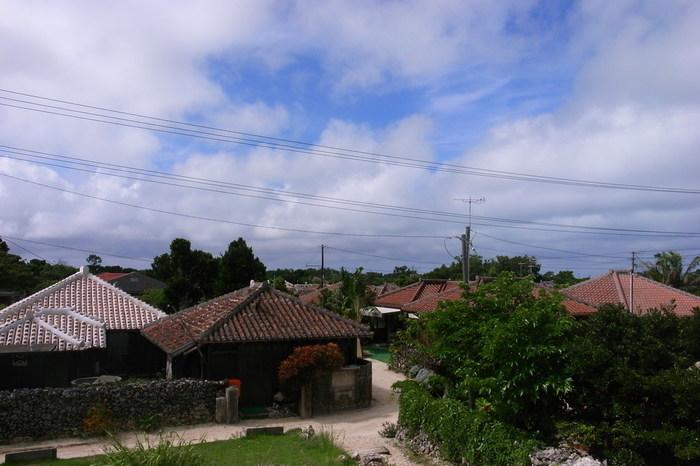 八重山諸島の中でも、竹富島の集落の美しさは格別です。南国の青空、深緑の植物、赤瓦屋根の家々、白砂の道が見事に調和した竹富島集落は、いくら散策していても飽きることはありません。